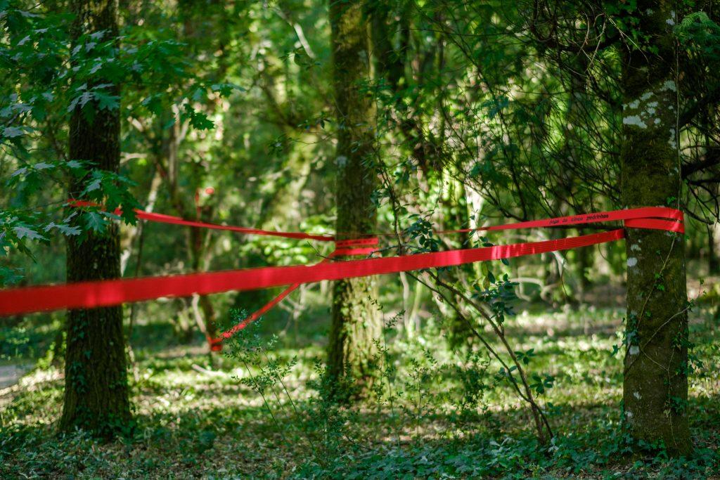 """Montagem/Instalação de """"Por favor, segue a Linha vermelha"""" (Cristina Ataíde, 2018).[Créditos da Imagem: Luís Belo p/ POLDRA - Public Sculpture Project Viseu. 2018-09.][Cedência: POLDRA - Public Sculpture Project Viseu. 2019-04-01]"""