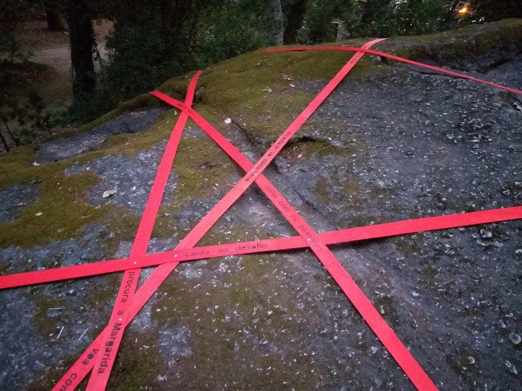 """Pormenor de """"Por favor, segue a Linha vermelha"""" (Cristina Ataíde, 2018).[Créditos da Imagem: Cristina Ataíde. 2018-09-06.][Cedência: Cristina Ataíde. 2019-07-17]"""