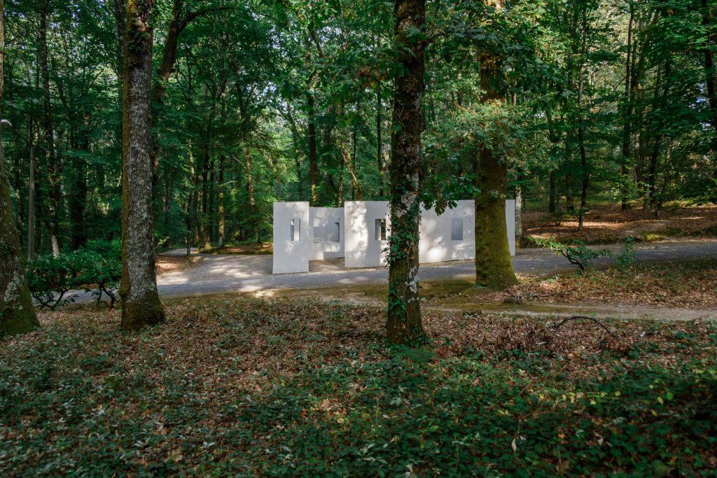 """Garden of Framed Scenes"" (The Open Workshop, 2018).[Créditos da Imagem: Luís Belo p/ POLDRA - Public Sculpture Project Viseu. 2018-09.][Cedência: POLDRA - Public Sculpture Project Viseu. 2019-04-01]"
