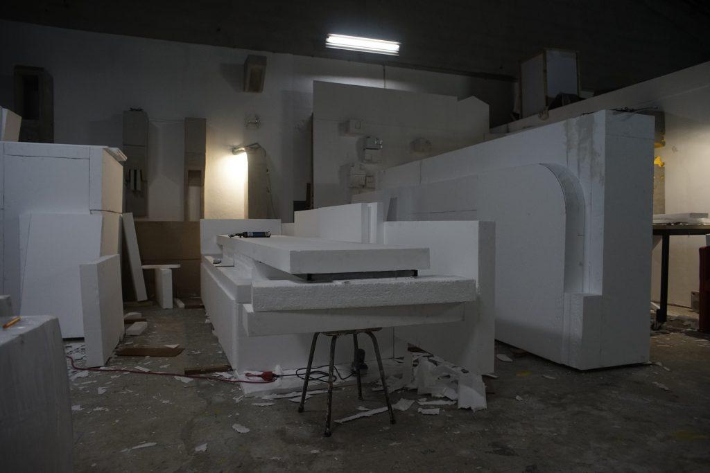 """Processo de criação e fabrico dos moldes de poliestireno para """"Elemento Pictográfico Habitável"""" (João Dias, 2018).[Créditos da Imagem: João Dias. 2018-10-15.][Cedência: João Dias Studio. 2019-07-15.]"""