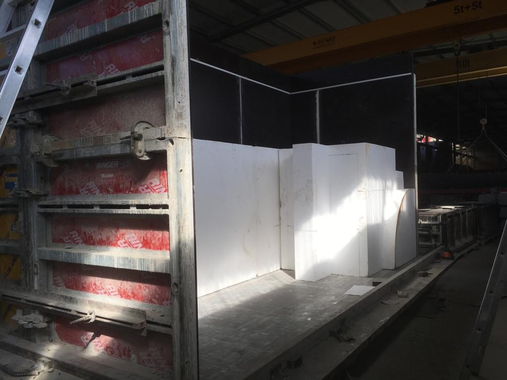 """Fabricação em betão, a partir dos moldes de poliestireno, de """"Elemento Pictográfico Habitável"""" (João Dias, 2018).[Créditos da Imagem: João Dias. 2018-11.][Cedência: João Dias Studio. 2019-07-15.]"""