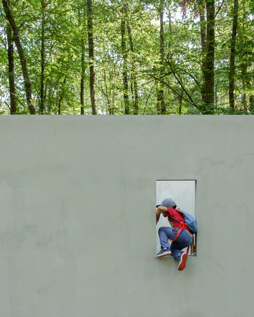 "Actividade Inaugural do Programa ""Curador Júnior - POLDRA"", no âmbito das Jornadas Europeias do Património 2018 - ""Garden of Framed Scenes"" (The Open Workshop, 2018).[Créditos da Imagem: Luís Belo p/ POLDRA - Public Sculpture Project Viseu. 2018-09-28.][Cedência: The Open Workshop. 2019-07-18.]"
