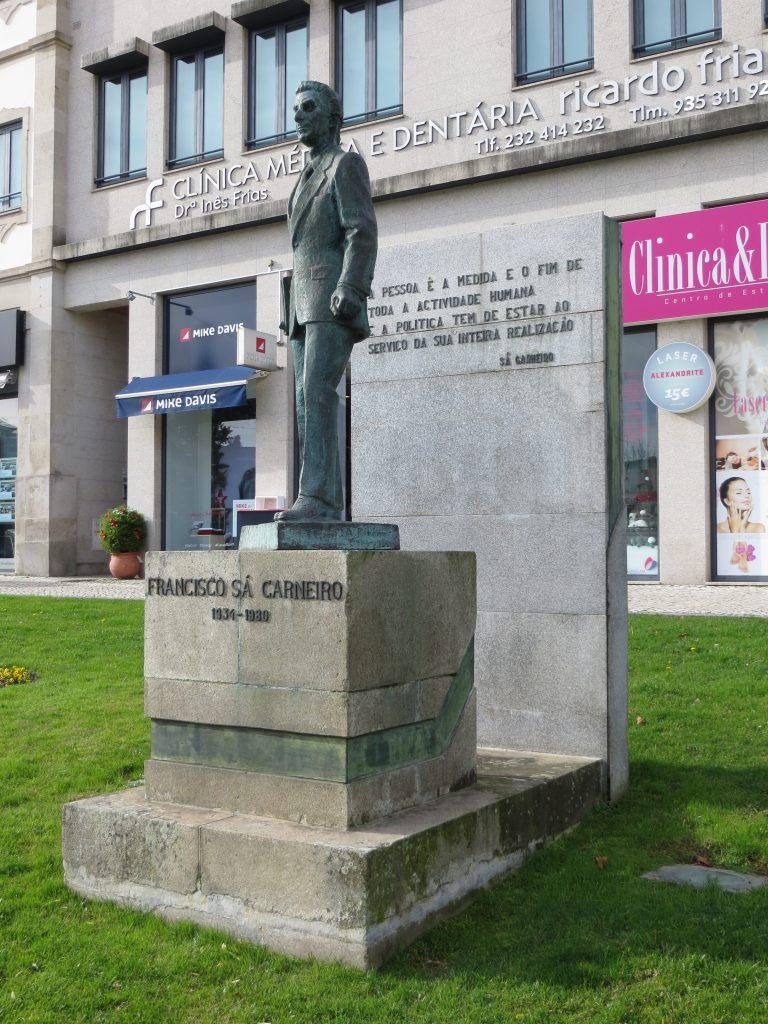 """Estátua de """"Sá Carneiro"""".[Créditos da imagem: Ruben Marques. 2018-12-24.][Cedência: Ruben Marques. 2019-08-21]"""