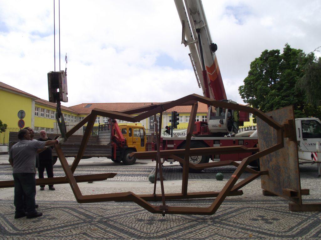 """Instalação da escultura """"Ganart"""".[Créditos da imagem: Ruben Marques. 2017-06-03.]"""