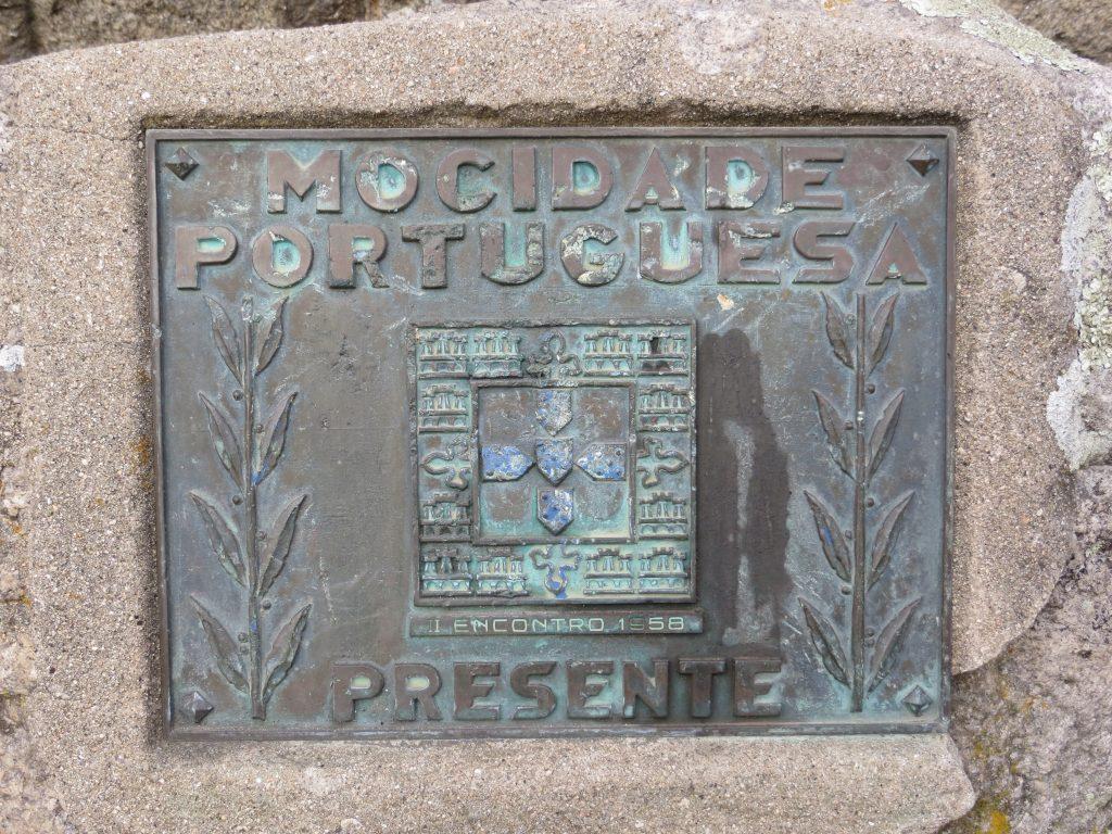 Pormenor da placa da Mocidade Portuguesa.[Créditos da imagem: Ruben Marques. 2018-12-23.]