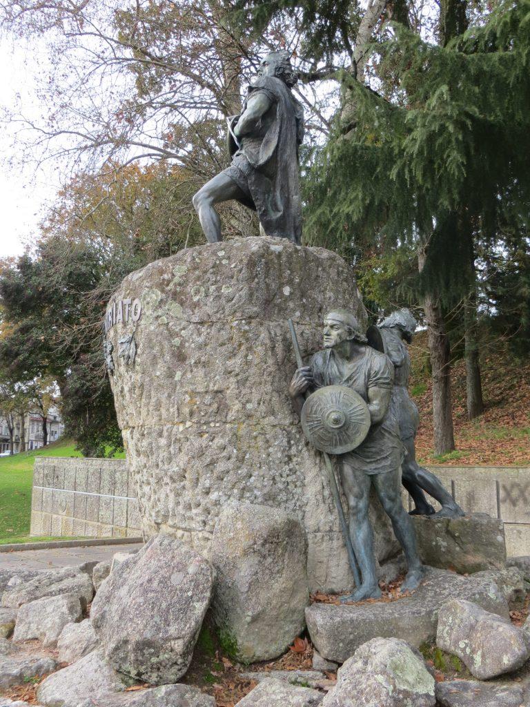 """Grupo escultórico de homenagem a """"Viriato"""".[Créditos da imagem: Ruben Marques. 2018-12-23.]"""