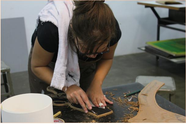 """Processo de confecção das matrizes no ateliê. """"Projecto Mutantes"""" (Mariana Reis, 2013).[Créditos da Imagem: Leandro Reis p/ Arte Pública Capixaba. 2013-02.]"""