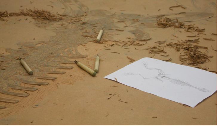 """Matriz em madeira no ateliê. """"Projecto Mutantes"""" (Mariana Reis, 2013).[Créditos da Imagem: Mariana Reis p/ Arte Pública Capixaba. 2013-02.]"""