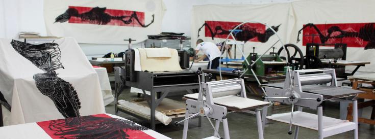 """Processo de impressão no ateliê. """"Projecto Mutantes"""" (Mariana Reis, 2013).[Créditos da Imagem: Mariana Reis p/ Arte Pública Capixaba. 2013-09.]"""