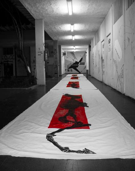 """Processo de confecção das gravuras gigantes no ateliê. """"Projecto Mutantes"""" (Mariana Reis, 2013).[Créditos da Imagem: Mariana Reis p/ Arte Pública Capixaba. 2013-09.]"""
