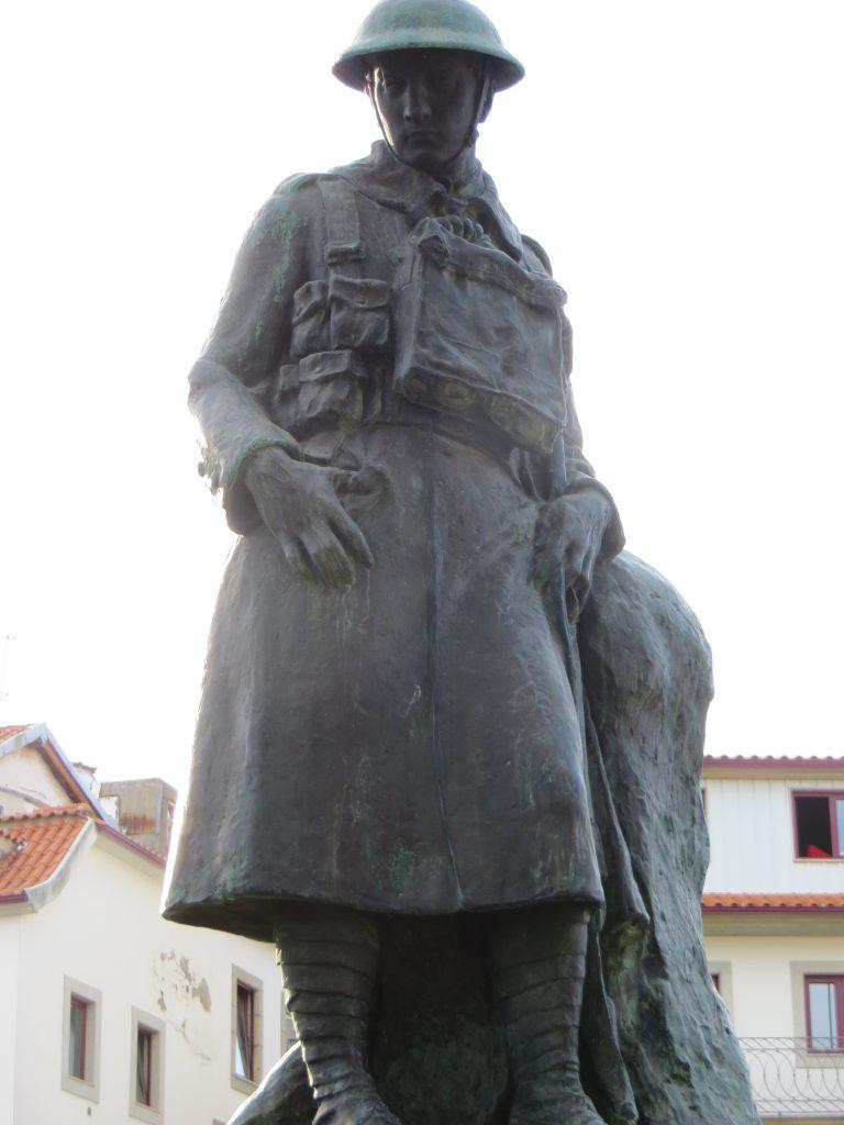 """Monumento  aos """"Mortos da Grande Guerra""""[Créditos da imagem: Ruben Marques. 2019-09-23.]"""