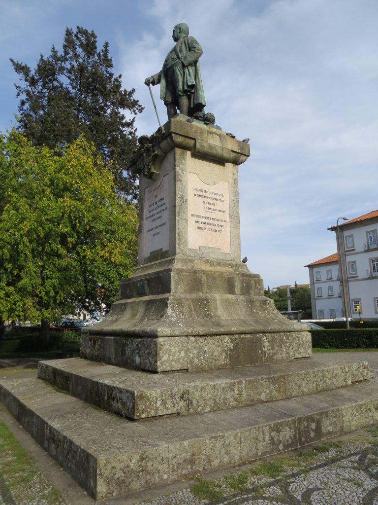 """Estátua do bispo """"Alves Martins"""".[Créditos da imagem: Ruben Marques. 2019-09-23.]"""