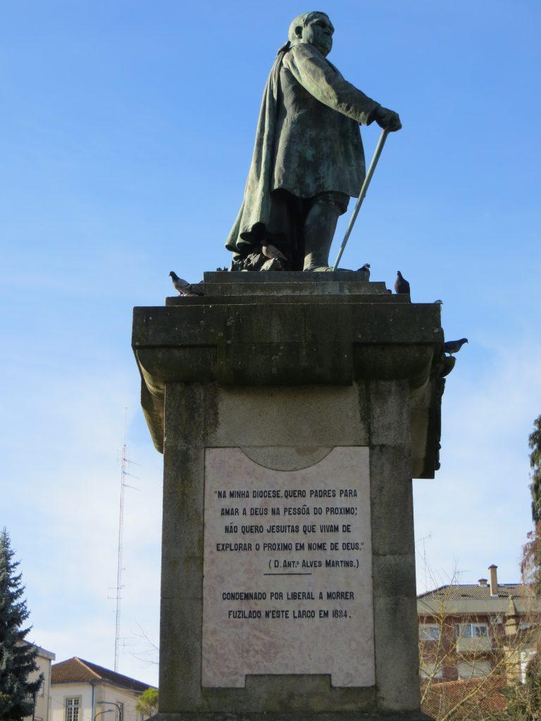 """Estátua do bispo """"Alves Martins"""".[Créditos da imagem: Ruben Marques. 2018-12-23.]"""