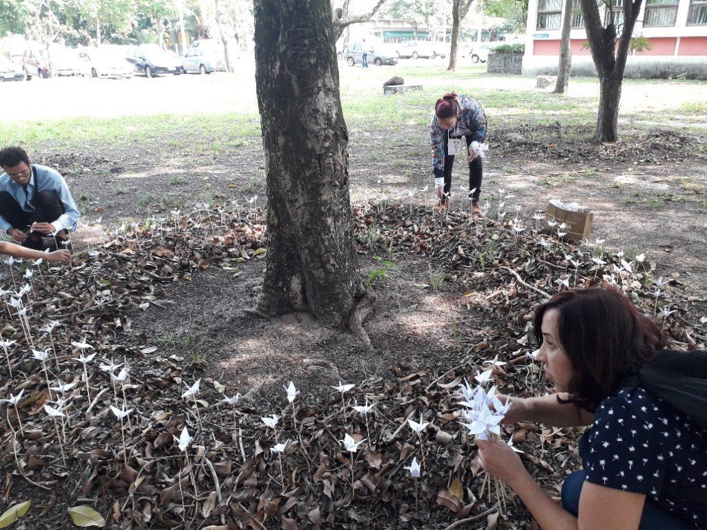 """Montagem da instalação """"Meu Jardim Secreto"""" (José Cirillo, 2019).[Créditos da Imagem: José Cirillo p/ Arte Pública Capixaba. 2019-8.]"""