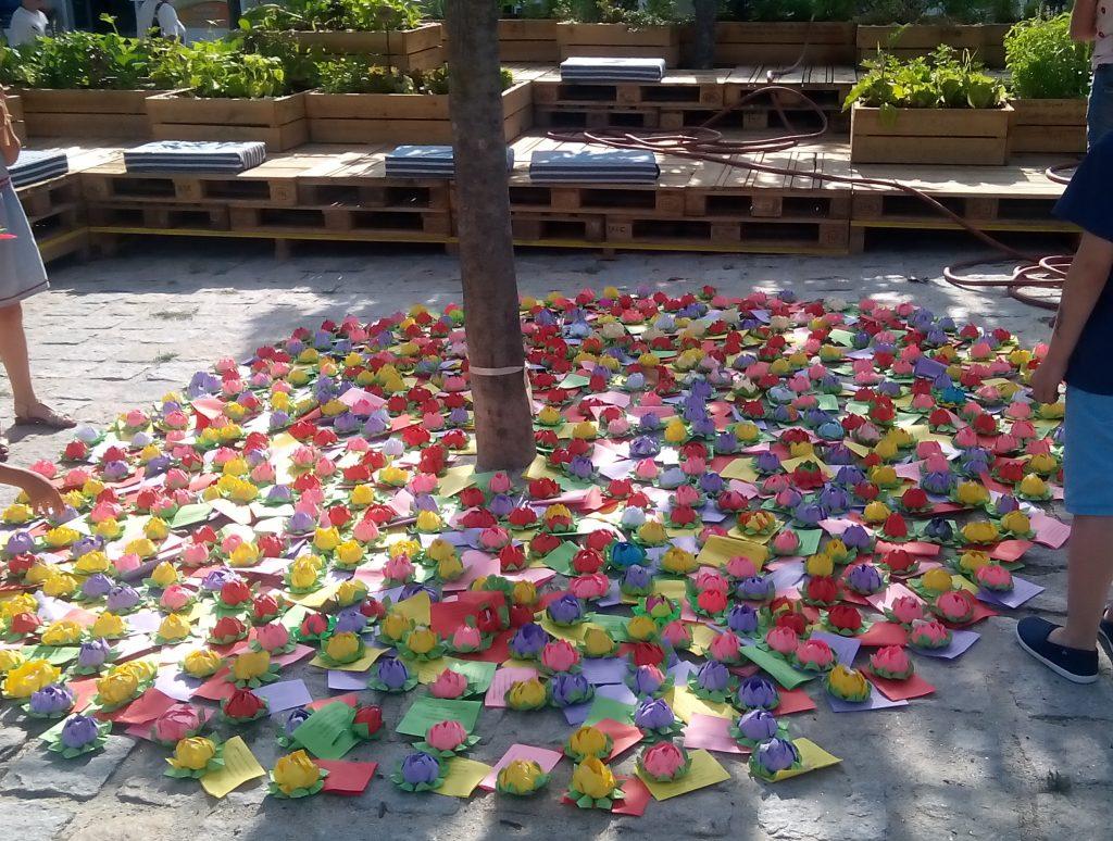 """Nenúfares em Origami para os """"Canteiros Pedagógicos"""" (Agrupamento de Escolas Grão Vasco, Viseu, 2018); colocados no Mercado 2 de Maio, sob o nome de """"Jardim Alimentar"""".[Créditos da Imagem: Agrupamento de Escolas Grão Vasco, Viseu. 2018-07-06.][Cedência: Agrupamento de Escolas Grão Vasco, Viseu. 2019-10-10.]"""