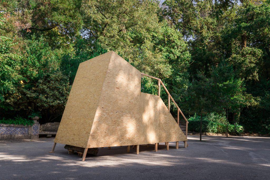 """""""Câmara Sola (Inversão)"""" (Elisa Balmaceda, 2019).[Créditos da Imagem: Luís Belo p/ POLDRA - Public Sculpture Project Viseu. 2019-10-12.][Cedência: POLDRA - Public Sculpture Project Viseu. 2019-11-13]"""